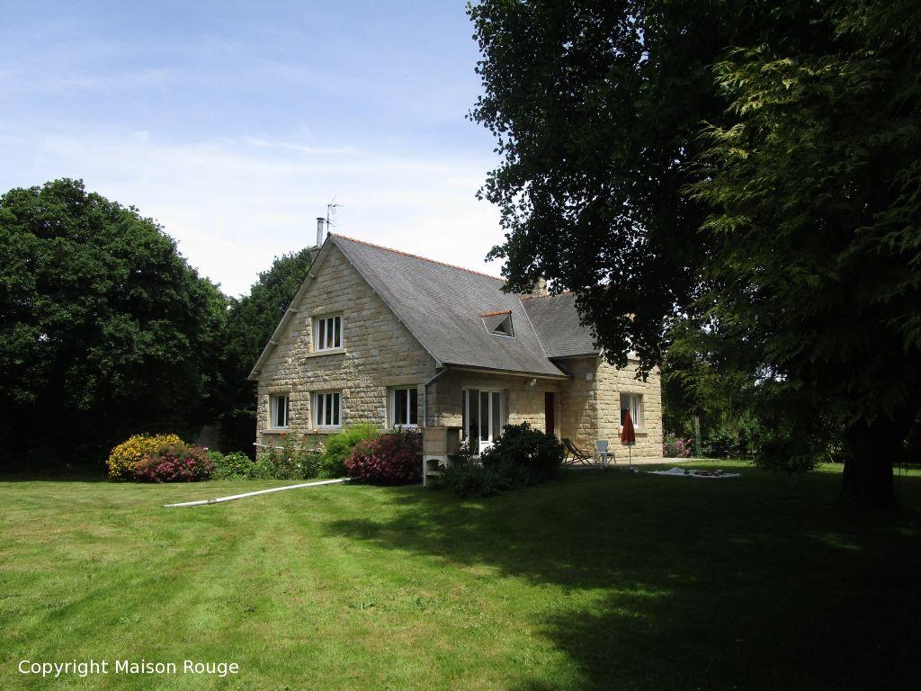 Grande maison en pierres sur parc paysagé d'un hectare