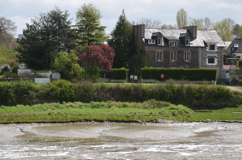 Grande maison en pierres dominant La Rance