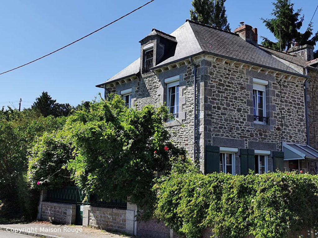 Maison en pierre avec petit jardin