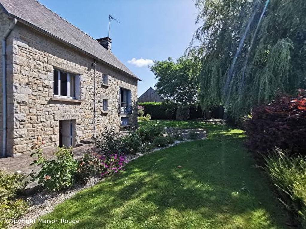 Maison d'architecte en pierres sur jardin paysagé de 1075 m²