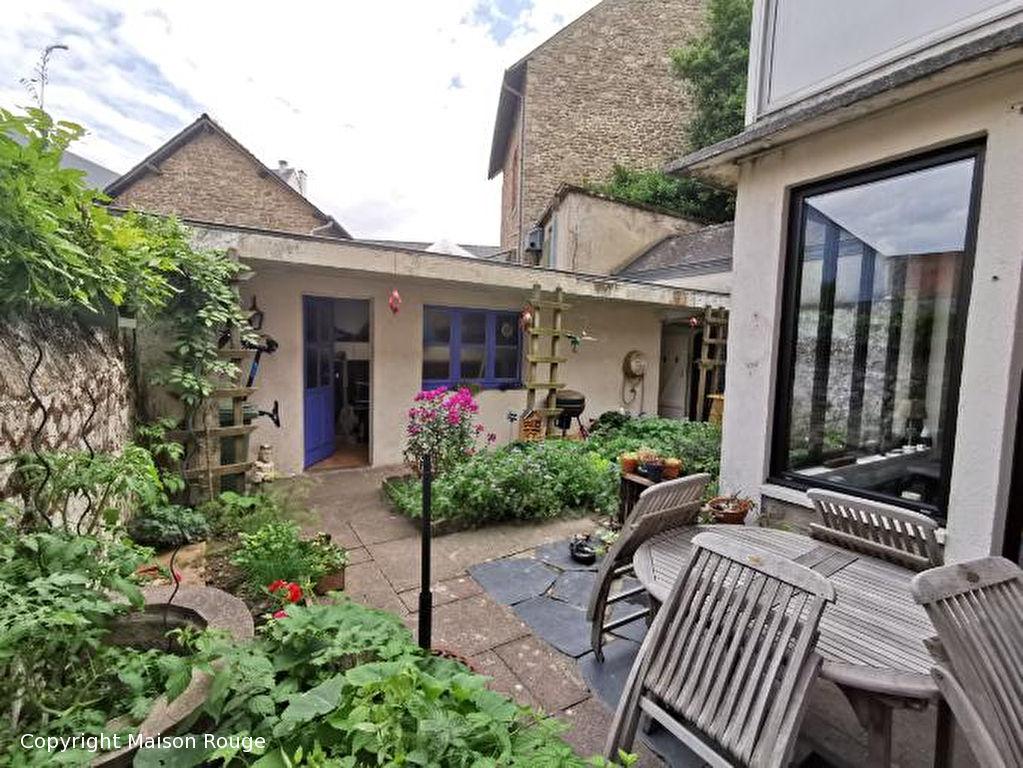 Maison de ville en pierres avec petit jardin privatif
