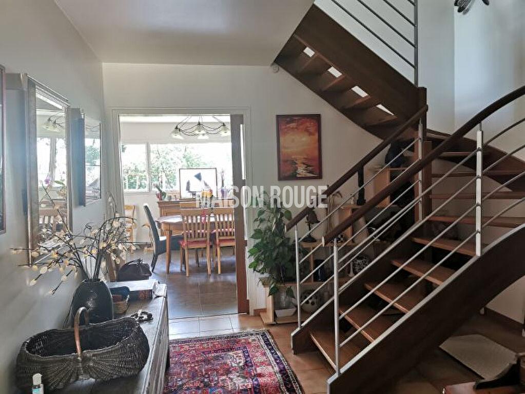 Maison d'architecte nichée dans un environnement champêtre