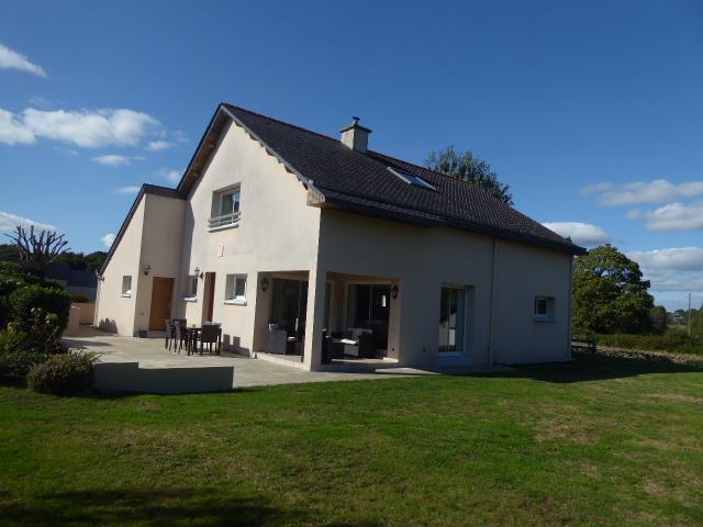 Maison Belz 4 pièce(s) spacieuse et lumineuse de 3 chambres dont 1 au rdc avec jardin de 1700m² et garage