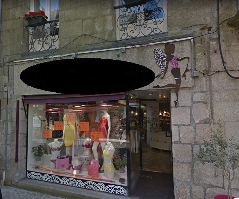 Belle boutique de 64 m²,  située en emplacement N°1 à l'angle d'une rue piétonne au coeur du centre-ville historique de Quimper 29000.