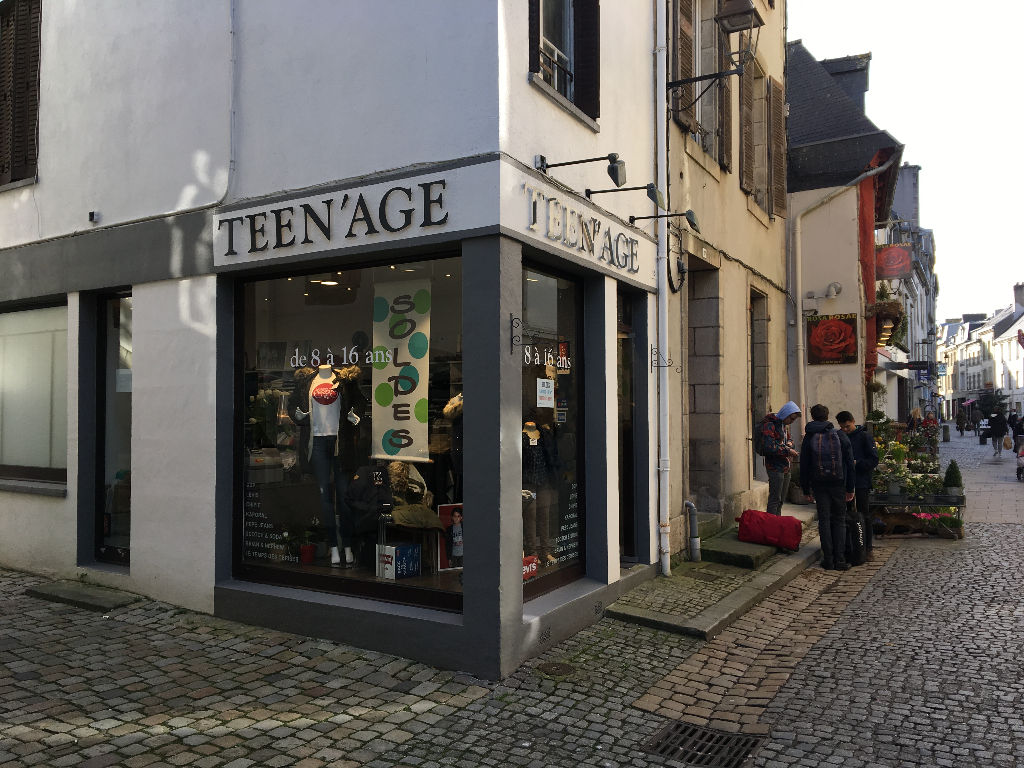 À louer un local commercial  situé en emplacement n°1 sur une rue piétonne au centre-ville historique de Quimper 29000.