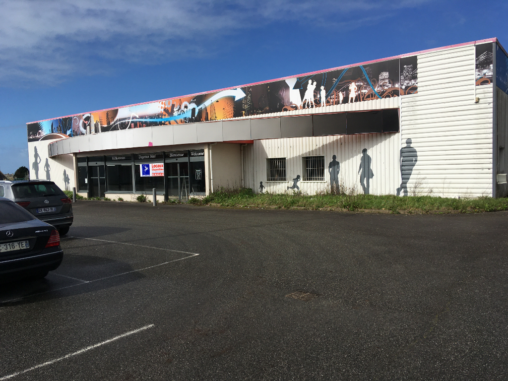 A LOUER  une cellule commerciale de 300 m²,mitoyenne de Carrefour Market et de sa station service Audierne 29 770