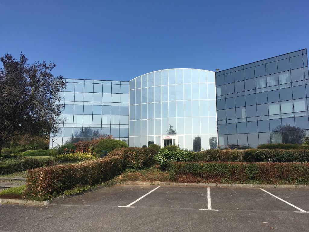 À vendre un immeuble de bureau de 4000 m² sur un terrain de 30 000 m² avec une visibilité attractive en bordure de la voie expresse RN 165 Châteaulin 29150