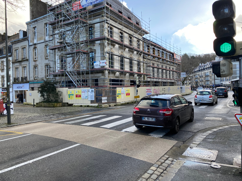À louer un local d'activité commerciale ou tertiaire de 103 m² en RDC et 52 m² en sous sol, emplacement N°1, centre ville Quimper (29 000).