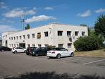 IMMOBILIERE PACQUET vous propose à la location des bureaux ou locaux professionnels sur Plaisir. 41 M² + parking privatif. Proche gare Plaisir Les Clayes. Loyer mensuel : 410 euros HT et HC.