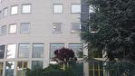 IMMOBILIERE PACQUET vous propose à la location des bureaux sur Plaisir Gare. 92 M² de bureaux avec 2 parkings. Loyer mensuel: 958 euros HT et HC.