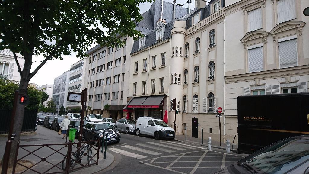 IMMOBILIERE PACQUET vous propose sur Neuilly sur Seine Métro Les Sablons. Bureaux à louer 61 M². Loyer mensuel: 2 000 euros HT et HC.