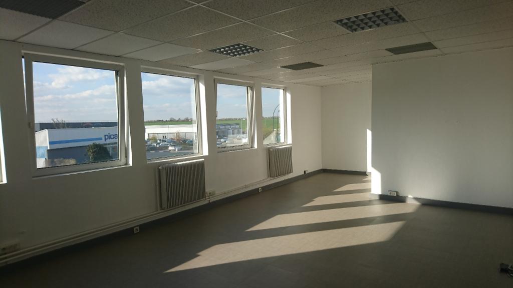 IMMOBILIERE PACQUET vous propose à la location des bureaux sur Plaisir Gare. 41M² . Loyer mensuel : 444 euros HT et HC.
