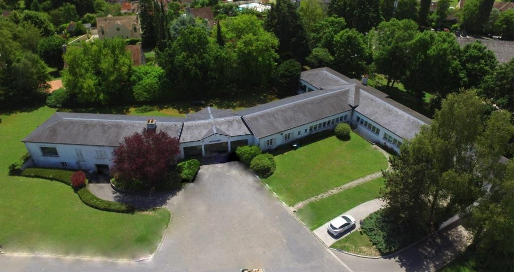 IMMOBILIERE PACQUET vous propose sur Saint Nom la Bretèche des bureaux ou locaux commerciaux de 560 M² + sous-sol de 350 M² Terrain de 7 000 M².