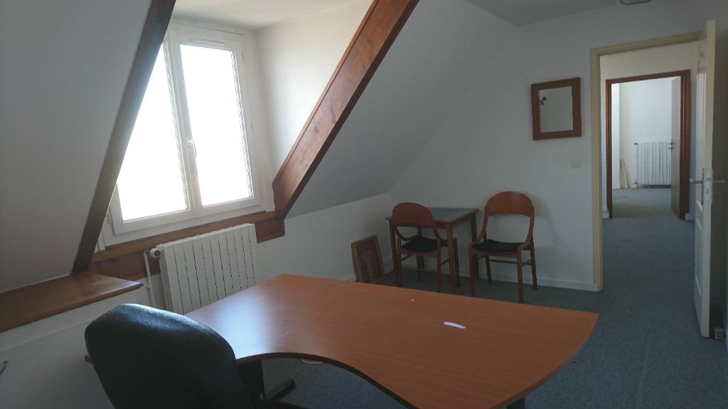 IMMOBILIERE PACQUET vous propose à la location bureaux/local professionnel 65 M² Plaisir. Loyer mensuel: 695 euros HT et HC