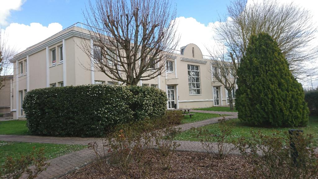 Saint Nom la Bretèche, dans Parc d'Affaires entre Versailles et Saint Germain en Laye, locaux mixtes bureaux/activité entrepôt de 571 M² (divisibles) avec portes sectionnelles.