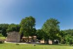 Sur plus de 4 hectares un hameau entier de 4 maisons en pierre restaurées 6/17