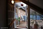 DORDOGNE.  Villac.  Grande maison à vendre sur la place de l'église  dans le  beau village en pierre rouge  de Villac 14/18
