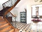 Superbe hôtel particulier du XVIII éme rénové avec authenticité, ayant appartenu au 18è à une famille de négociants réputée, niché au coeur de la  ville dans un cadre superbe, au calme 8/18