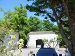 Située aux portes de Cognac, dans un superbe environnement boisé, maison charentaise en très bon état 2/12