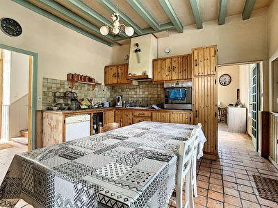 Maison de bourg de 200m2 avec un potentiel de 6 chambres,  au coeur de la ville de Champigne