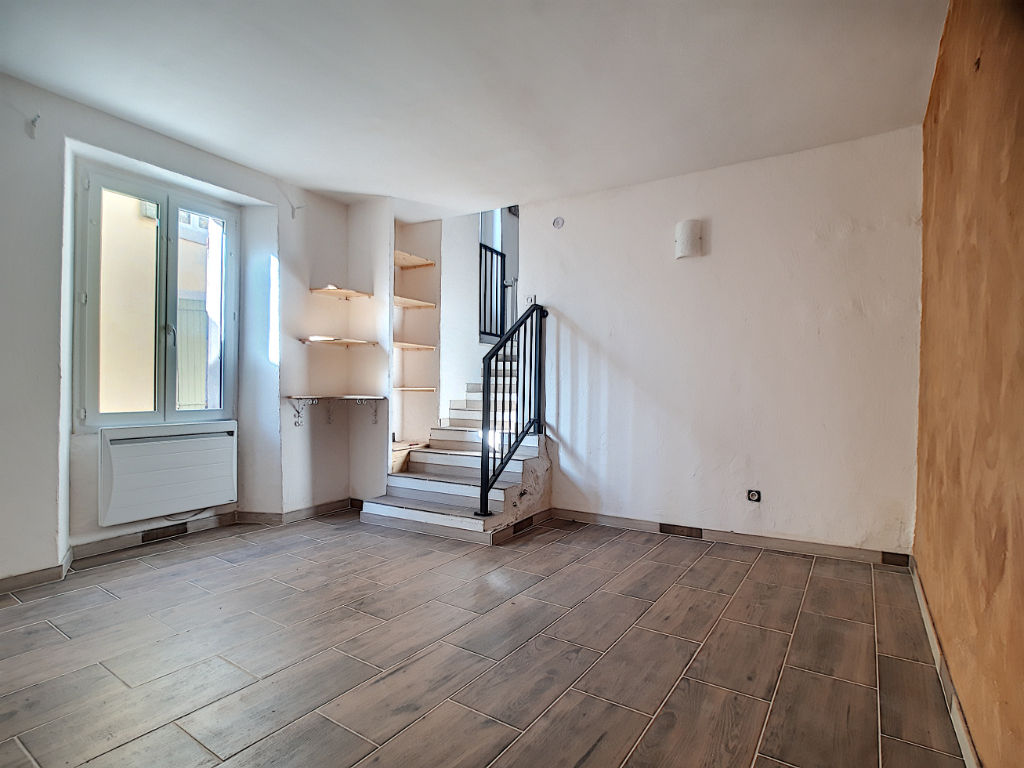 A vendre Appartement  82 m² 3 pièces rénové avec possibilité de balcon.