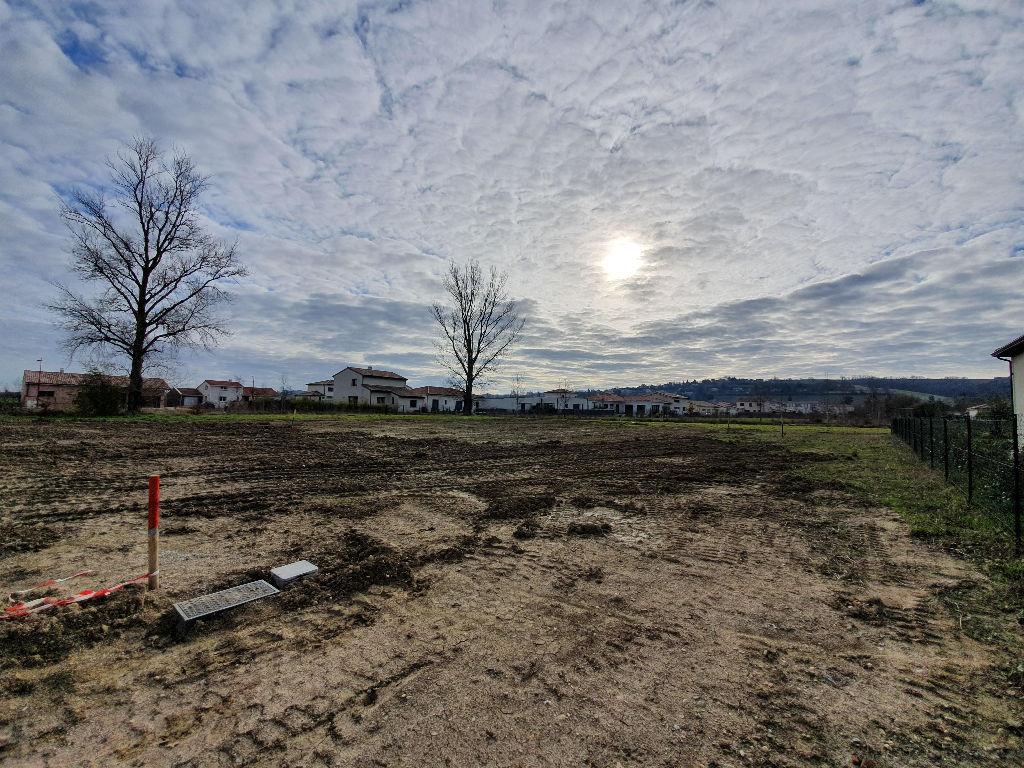 Terrain constructible entièrement viabilisé de 1185m2 à vendre à Péchabou