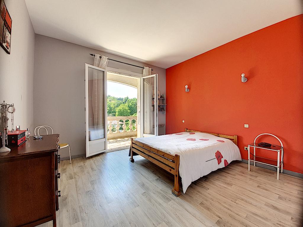 Maison à vendre 5 pièces de 165m2 avec 250m2 de sous-sol sur un terrain arboré de 2400m2 située à Castanet-Tolosan.