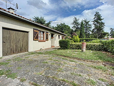Maison de plain-pied a vendre avec un garage attenant sur une parcelle de 1 091m2 sur la commune d'Auzeville-Tolosane.