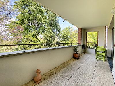 A vendre dans le centre-ville de Castanet-Tolosan un appartement T3 de 63m2 avec ascenseur, une place de parking en sous-sol, un cellier et une cave.