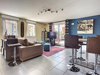 A vendre dans le centre-ville de Castanet-Tolosan. Appartement 3 pieces de 71m2 avec ascenseur et un garage double boxe en sous-sol, aucun travaux a prevoir.