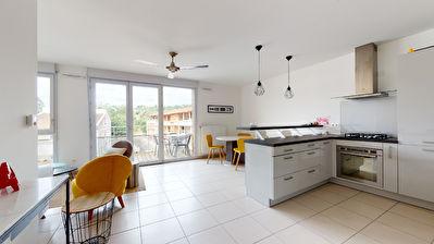 A vendre dans le centre-ville de Castanet-Tolosan. Appartement 3 pieces de 65m2 avec ascenseur et deux places de parkings en sous-sol, aucun travaux a prevoir.