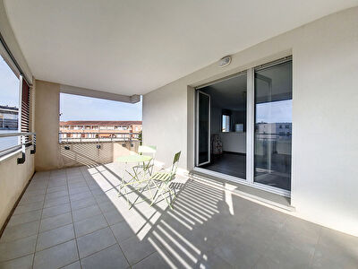 Exclusivite Nestenn Immobilier. Castanet-Tolosan. Appartement 4 pieces a vendre en etage avec ascenseur, terrasse et parking en sous-sol.