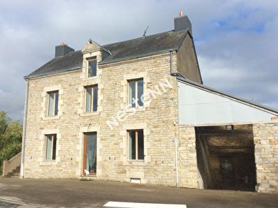 Centre bourg 17 km Vannes, magnifique maison en pierre de taille.