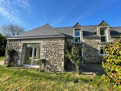 Maison en pierre Questembert 1.5 km de la Gare, plus de 2100 m2 de terrain !
