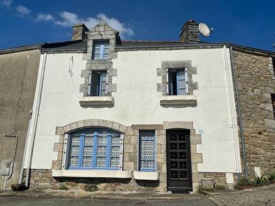 20 km de la mer, dans un bourg typiquement Breton , 3 chambres. 2 SDE, 3 WC, jardin, tres bon etat !