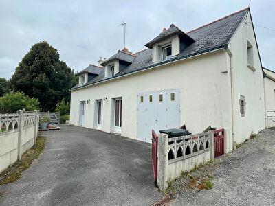 Entre Questembert et Vannes, 3 chambres, 930 m2 de terrain, garage, 2 SDE, 2WC.
