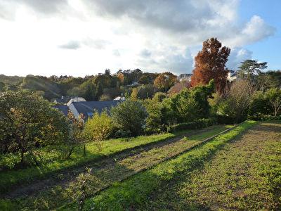 Orvault Bourg : Terrain de 500 m2 environ libre de constructeur, non viabilise. Typologie particuliere.