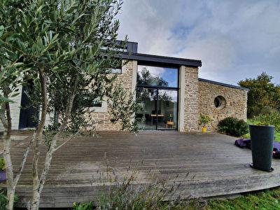 Proche Orvault Bourg : Longere entierement renovee 3 chambres, salon baigne de lumiere, cuisine A/E, hangar 100 m2, au coeur de la nature !