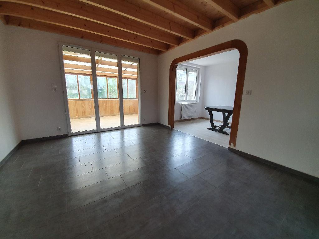 Nantes Nord : Maison entièrement rénovée, 2 chambres, salon sur véranda, étage mansardé offrant 2 pièces à aménager. Proche tramway !
