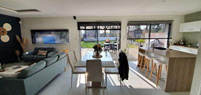Orvault Bourg : Coup de coeur pour cette maison de 4 chambres, cuisine ouverte exposee Sud Ouest, garage, proche transports.