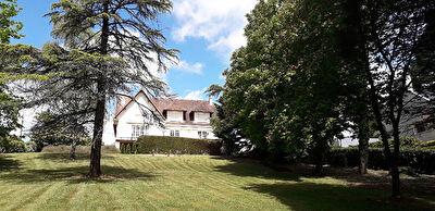Orvault Bourg : Exlcusivite ! Maison de prestige a decouvrir, 250 m2 habitables dans cadre verdoyant de plus de 3700 m2...