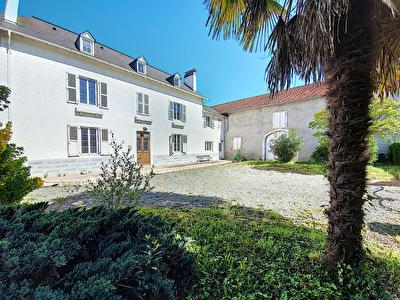 A vendre PAU - Maison de caractere de 218 m2 avec grange de 166 m2 - garage - parkings