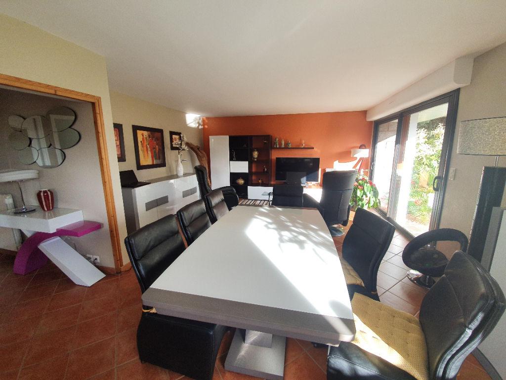 Saint-Gérand - Maison d'architecte sur environ 3400 m² de terrain.