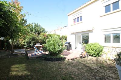 Maison Montreuil Juigne. 3 chambres. Sejour plein sud donnant sur jardin clos.Cuisine AE. Aucun travaux a prevoir. Chauffage au gaz