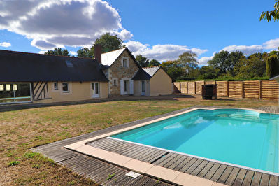 Longere 10 minutes Avrille , 4 chambres dont 2 de plain-pied, piscine !