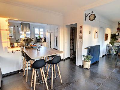 A vendre 15 minutes Nord Angers secteur Feneu. Maison 4 chambres possibilite 5. Grand sejour, cuisine amenagee equipee, terrain d'environ 1000m2. Dependance.