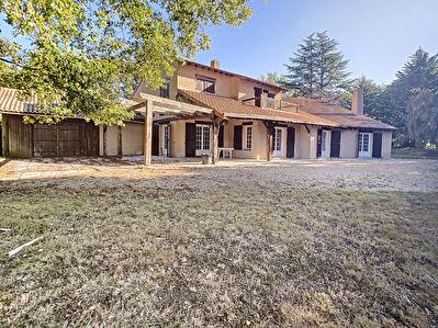Maison des annees 70 - 80 et edifiee sur un terrain de plus d'un hectare,