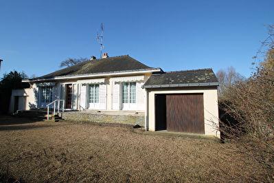 Maison de plain-pied composee de 3 chambres, salon-sejour, cuisine amenagee, 2 garages, dependance, jardin de plus de 1900 m2