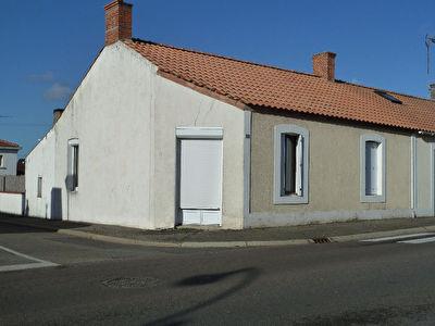 Maison en pierre situee dans le bourg de Soullans