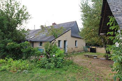 Maison  ancienne de type longere avec 1000 m2  de terrain sur ECUILLE  (49330)